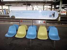 従来のベンチ広告。ちょっと安っぽい。